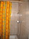 Une cabine de douches