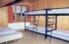 Une chambre avec des lits à étages